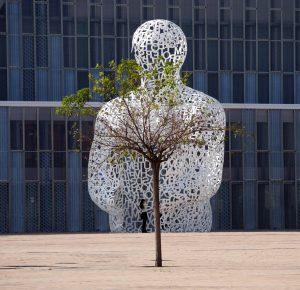 expo escultura y edificio y mujer